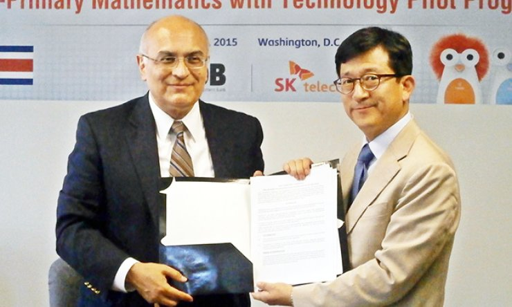 SK Telecom Lifeware Business team leader Kim Don-jung, right, with Hector Salazar, principal adviser for the social sectors at the Inter-American Development Bank, after signing an agreement to launch a smart-education project in Costa Rica, in Washington D.C., Thursday. / Courtesy of SK Telecom