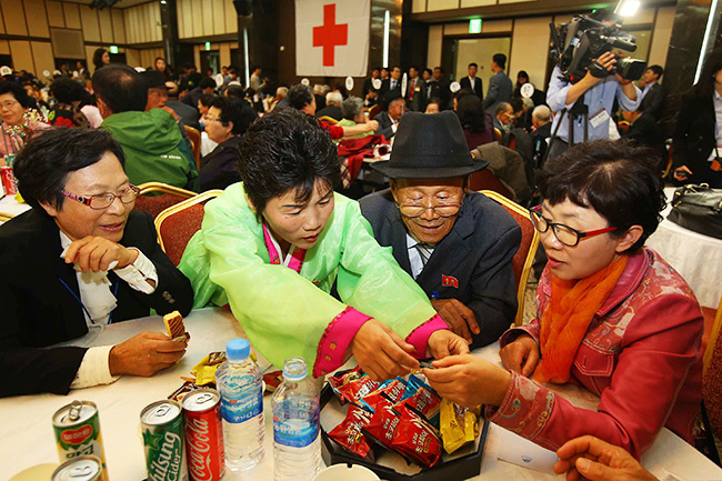 Lee Soon-kyu, 85, smiles as she meets her 83-year-old former husband, Oh In-se, living in North Korea, during reunions of families separated by the 1950-53 Korean War at Mount Geumgang resort in the North, Tuesday. Over 500 elderly people from the two Koreas gathered for the reunions that took place for the first time since February 2014. / Yonhap