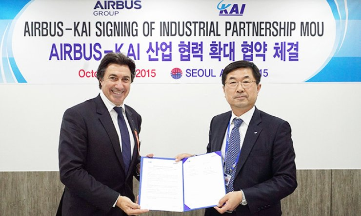 Byun Sang-bong, senior vice president and general manager of Korea Aerospace Industries's Commercial Aircraft Business Division, right, poses with Pierre Jaffre, president of Asia-Pacific operations of Airbus Group, after they signed an initial pact in Seoul, Monday, to extend business ties. / Courtesy of Korea Aerospace Industries