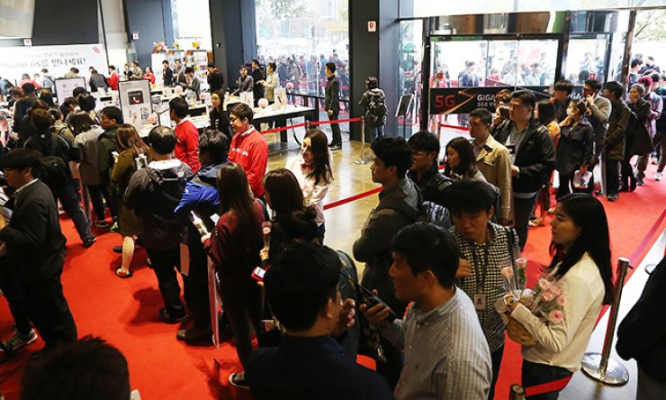 Customers form long lines to buy the iPhone 6S and iPhone 6S Plus, at KT Olleh Square in Gwanghwamun, central Seoul, Friday morning when the new Apple handsets officially debuted here. / Yonhap