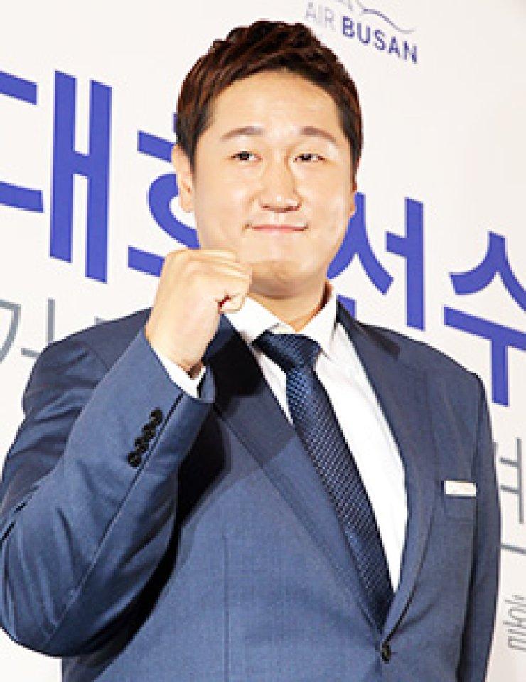 Baseball player Lee Dae-ho poses during a press conference announcing his bid to play in the Major League Baseball at the Banyan Tree Club & Spa Seoul, Tuesday. / Yonhap