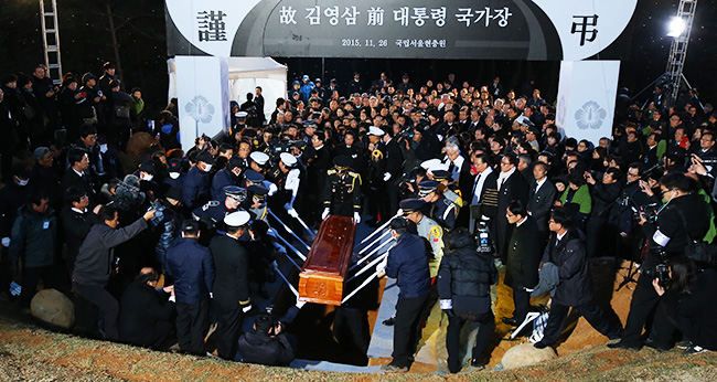 Cars carrying the photo and remains of the deceased former President Kim Young-sam pass Gwanghwamun Square in central Seoul, Thursday. After the funeral ceremony at the National Assembly, Kim was buried at the Seoul National Cemetery. / Korea Times photo by Shim Hyun-chul