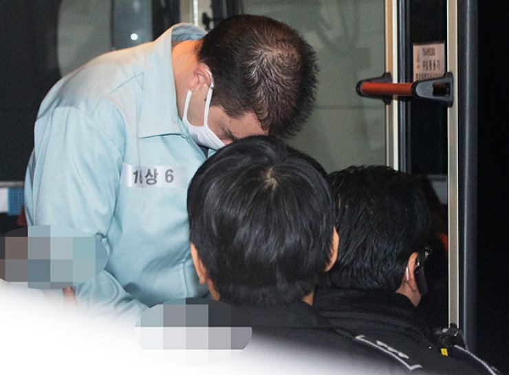 Arthur John Patterson, who is on trial for allegedly stabbing a Korean student to death in a restroom in a Burger King restaurant in Itaewon in 1997, enters the Seoul Central District Prosecutors' Office, Friday. / Yonhap