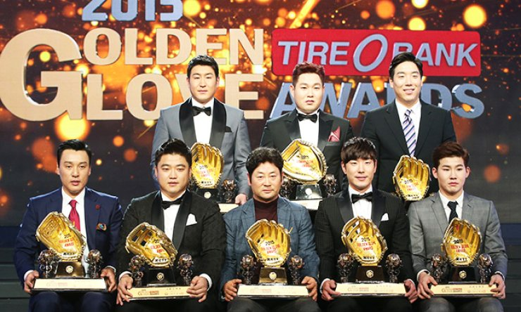 Recipients of the 2015 Korea Baseball Organization Golden Glove Awards pose for photos after the ceremony at The-K Hotel in Yangjae-dong, Seoul, Tuesday. Clockwise from top left are KT Wiz's Yoo Han-joon,  Doosan Bears' Yang Eui-ji and Kim Hyun-soo, NC Dinos' Park Min-woo who received the award on behalf of Eric Thames, the Bears' Kim Jae-ho, Samsung Lions' coach Kim Yong-gook who received the award on behalf of Yamaico Navarro, NC Dinos' Park Sok-min and Samsung Lions' Lee Seung-yuop. / Yonhap