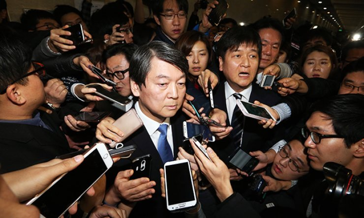 Rep. Ahn Cheol-soo, a former co-chairman of the main opposition New Politics Alliance for Democracy (NPAD), is surrounded by reporters as he leaves the National Assembly after announcing his departure from the party, Sunday. He suggested that he will create a new left-wing party that could put forward a candidate capable of winning the presidential election in late 2017. / Korea Times photo by Oh Dae-geun