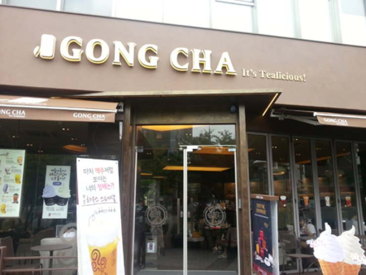 A branch of the Taiwan-based bubble teahouse Gong Cha is seen in this photo. Gong Cha opened its first Seoul branch in 2012 and now has more than 200 branches throughout the nation. / Korea Times