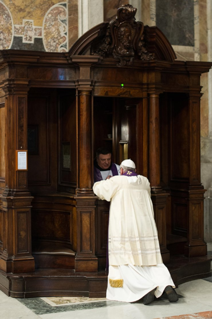 In this picture made available by the Vatican newspaper L' Osservatore Romano, Pope Francis is confessed by a priest in St. Peter's Basilica at theVatican, March 28. / AP-Yonhap
