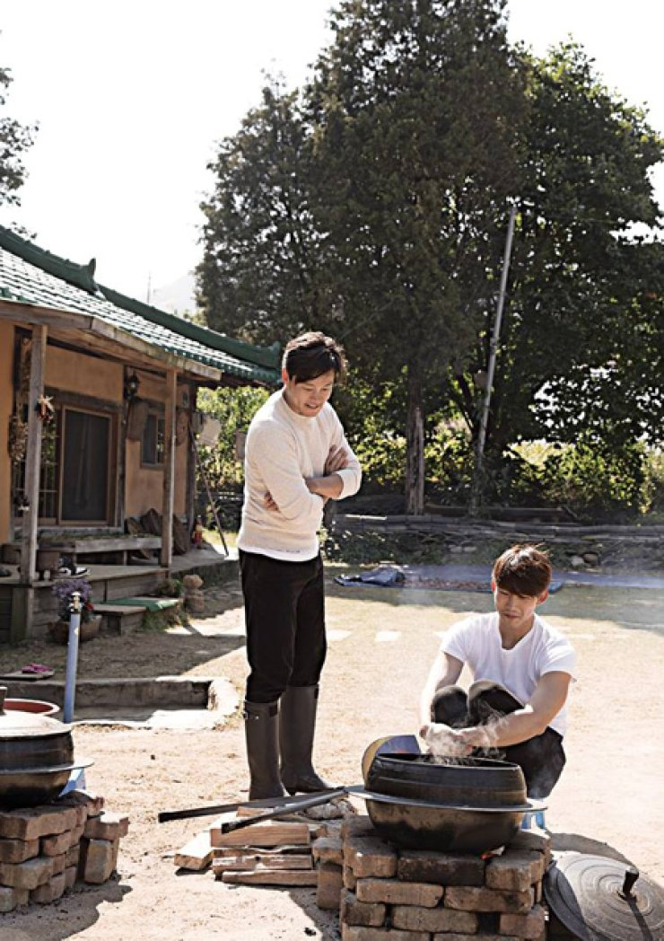 Actor Lee Seo-jin, left, and 2PM's Ok Taec-yeon prepare meals in backwoods town in tvN's 'Three Meals a Day.' / Courtesy of tvN