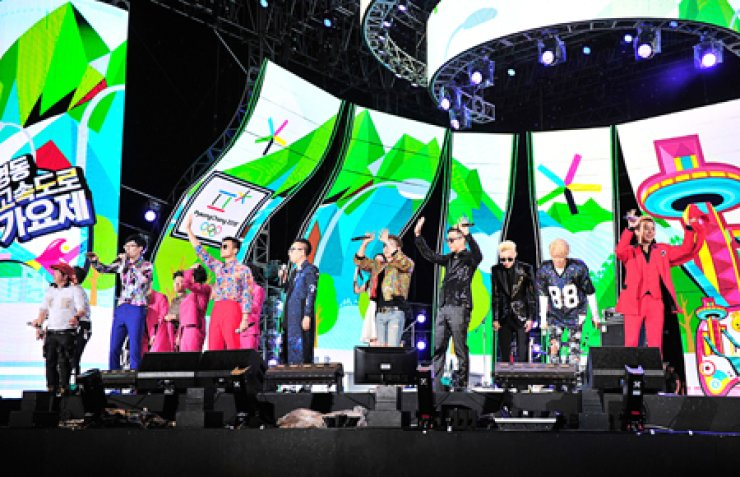 Members of MBC variety show 'Infinite Challenge' and their partner musicians wave to the audience at the end of the 'Infinite Challenge Yeongdong Expressway Music Festival,' which took place at the resort town of Pyeongchang, Gangwon Province, on Aug. 13. / Courtesy of MB