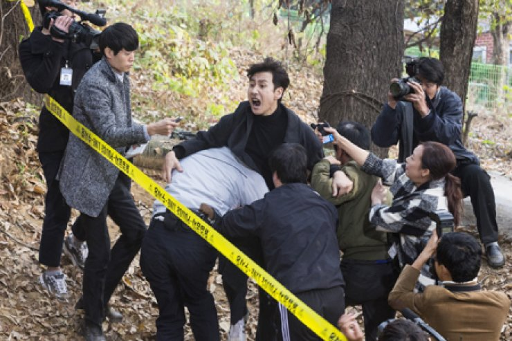 Actor Lee Sun-kyun, center, in a scene from 'The Advocate : A Missing Body' /  Courtesy of CJ E&M