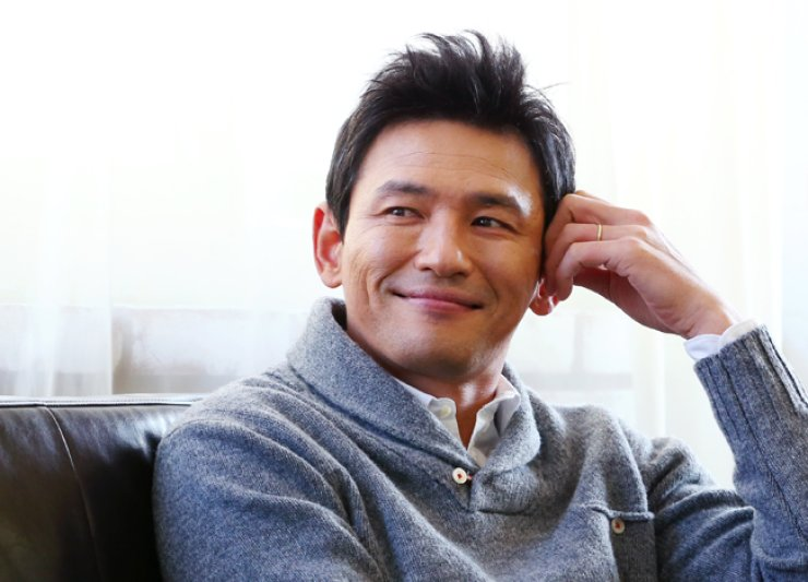Hwang Jung-min poses during an interview at a cafe in Samcheong-dong, Seoul, Tuesday. / Yonhap