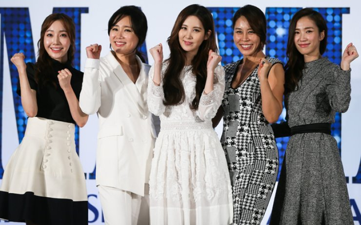 Stars of the musical 'Mamma Mia!' attend a press conference at Millennium Seoul Hilton in central Seoul, Tuesday. From left are Kim Geum-na (playing Sophie), Shin Young-sook (Donna), Seohyun (Sophie),Choi Jung-won (Donna) and Park Ji-yeon (Sophie). / Yonhap