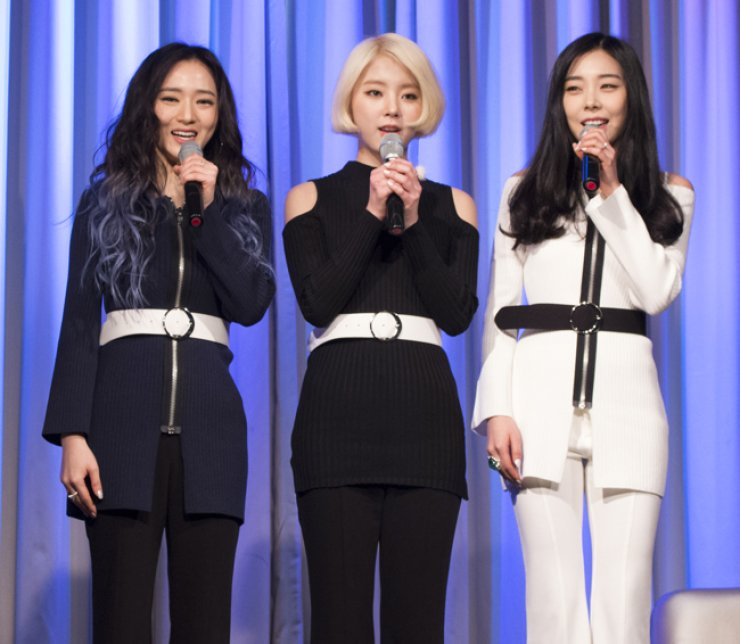 Member of K-pop girl band Ladies' Code talk during a press conference and song preview at the Riverside Hotel in Gangnam-gu, southern Seoul, Wednesday. From left are Sojung, Zuny and Ashley. / Yonhap