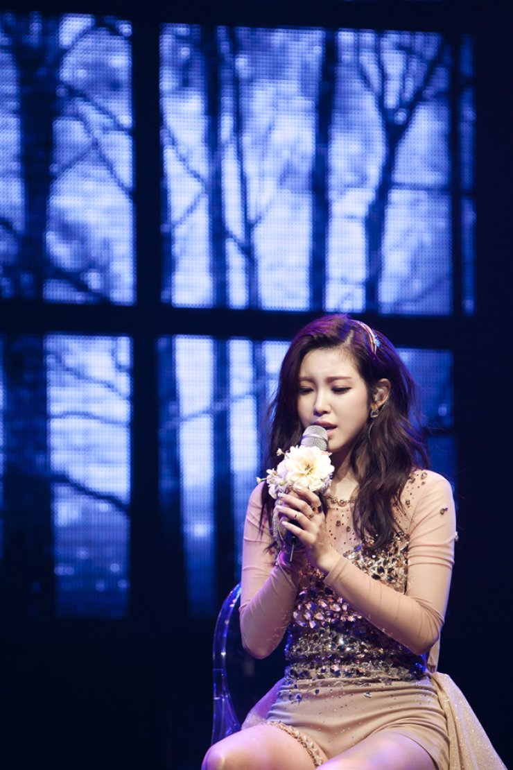 Jun Hyo-seong sings during a press conference to present her new album 'Colored,' Monday. / Courtesy of TS Entertainment