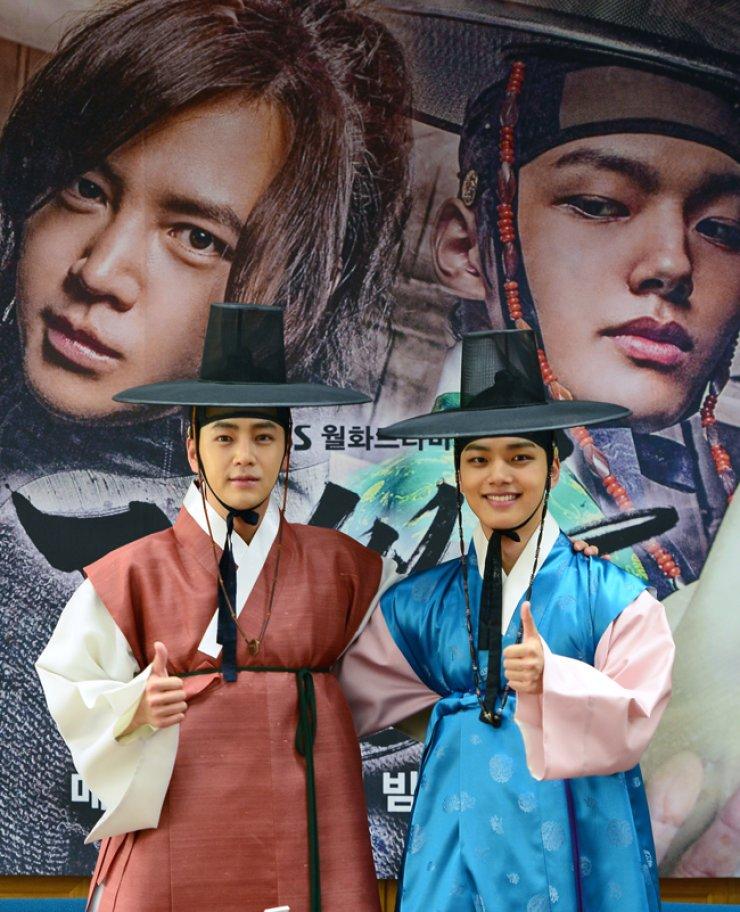 Jang Keun-suk, left, and Yeo Jin-goo, co-star of 'Jackpot' show their thumbs-up at a press conference, on May 20. / Yonhap