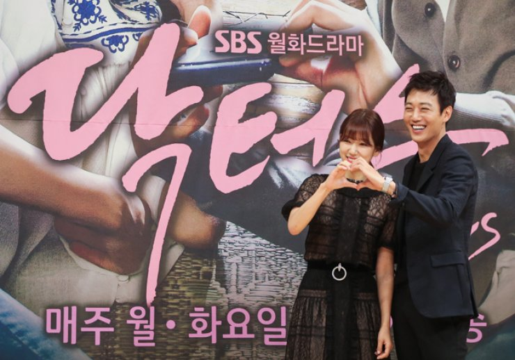 Park Shin-hye, left, and Kim Rae-won, who star in SBS's new medical romance drama 'Doctors,' pose for a photo during a press conference held in Seoul, Wednesday. / Yonhap