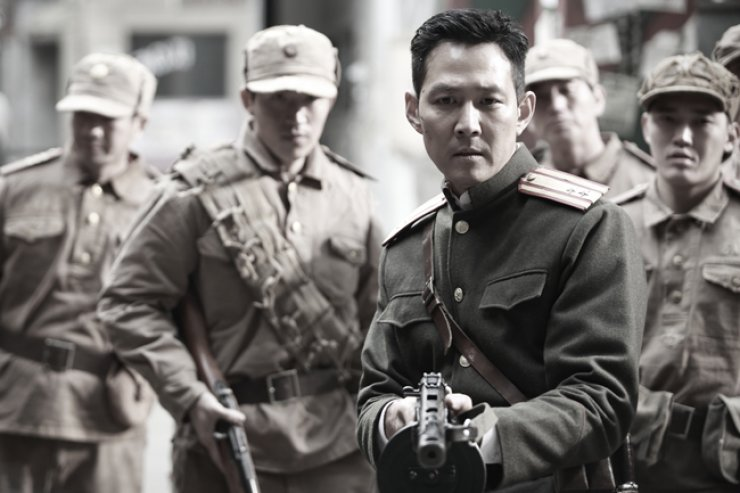 Lee Jug-jae, third from left, in a scene from 'Operation Chromite'  / Courtesy of CJ E&M