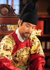Actor Song Kang-ho in a scene from 2013 film, 'The Face Reader' / Korea Times filesActor Han Suk-kyu in a scene from 2011 SBS TV drama, 'Deep Rooted Tree'