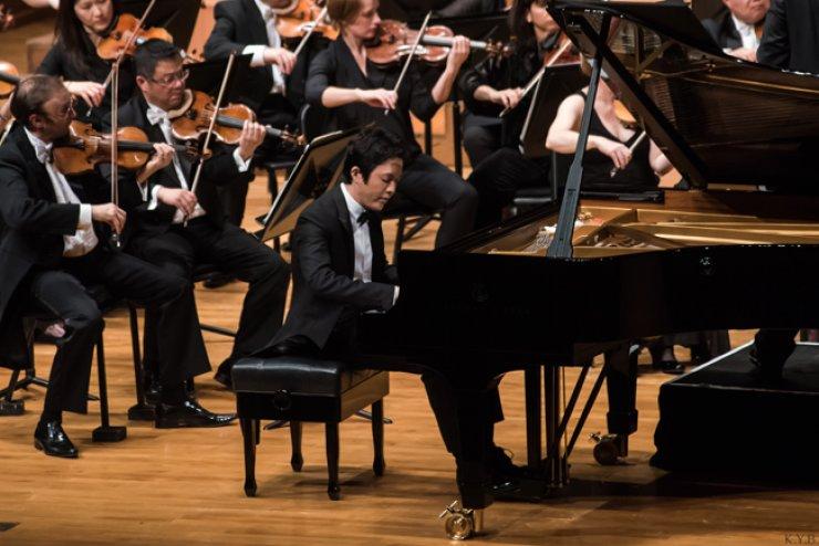 Yundi Li performs with the Sydney Symphony Orchestra at the Seoul Arts Center, Friday./ Courtesy of Sena Music