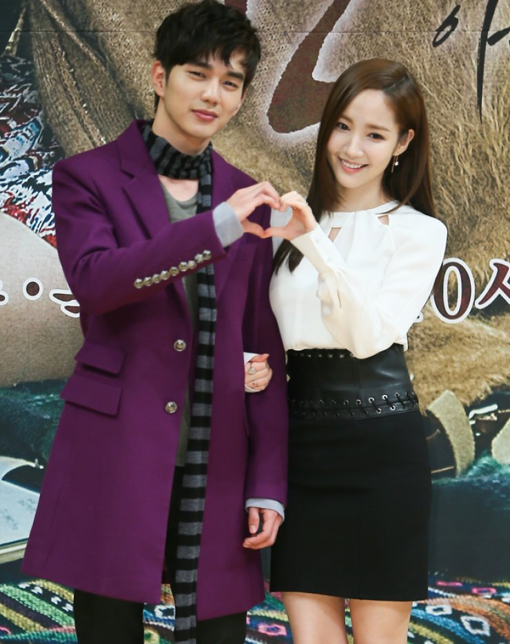 Actor Yoo Seung-ho, left, and actress Park Min-young pose for photo during the press conference for 'Remember - War of the Son' in Mok-dong, Seoul, Thursday. / Yonhap