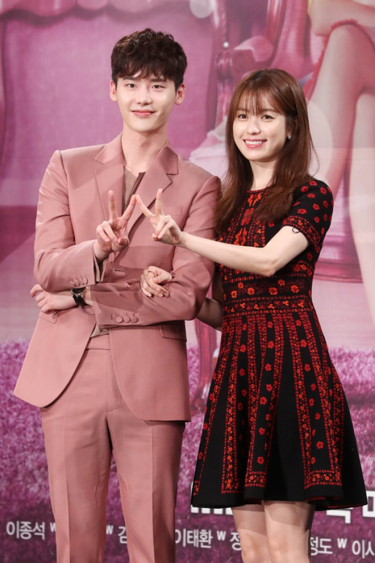 Actor Lee Jong-suk, left, and actress Han Hyo-joo pose for a photo during a press conference at the MBC headquarters in Seoul, Monday. / Yonhap