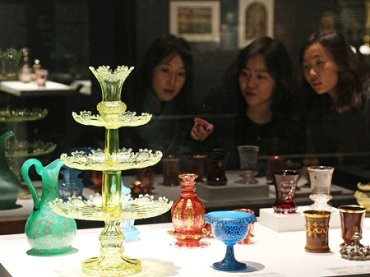 Visitors to the National Museum of Korea take a look at Bohemian glass relics at a special exhibition marking the 25th anniversary of diplomatic relations between Korea and the Czech Republic, Monday. The exhibition runs until April 26. / Yonhap