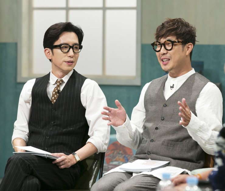 The two emcees of JTBC's new reality TV show 'Talking Street,' Yoo Hee-yeol, left, and Haha pose during a press conference at the JTBC building in Mapo, western Seoul, Tuesday. / Courtesy of JTB