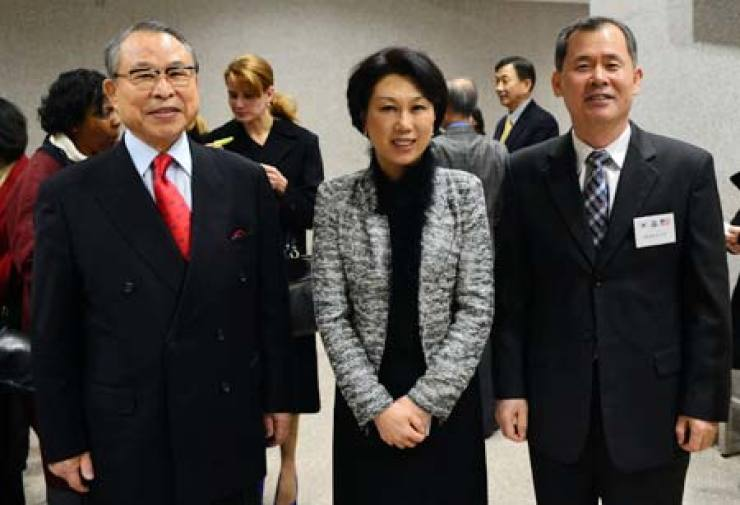 Cho Yoon-hee, center, president of the Korean Chamber Orchestra (KCO), poses with Park Jung-Ki, left, president of the Korea Corporate Members of the Association of the United States Army, and Park Seon-woo, deputy commander of the ROK-U.S. Combined Forces Command, at the KCO's NewYear's Concert at Seoul Arts Center in southern Seoul, Wednesday. / Korea Times