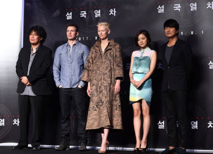 From left, director Bong Joon-ho and the cast of 'Snowpiercer,' Chris Evans, Tilda Swinton, Ko A-sung, and Song Kang-ho pose for a photo during a press conference in Yeouido, central Seoul, Monday. / Yonhap