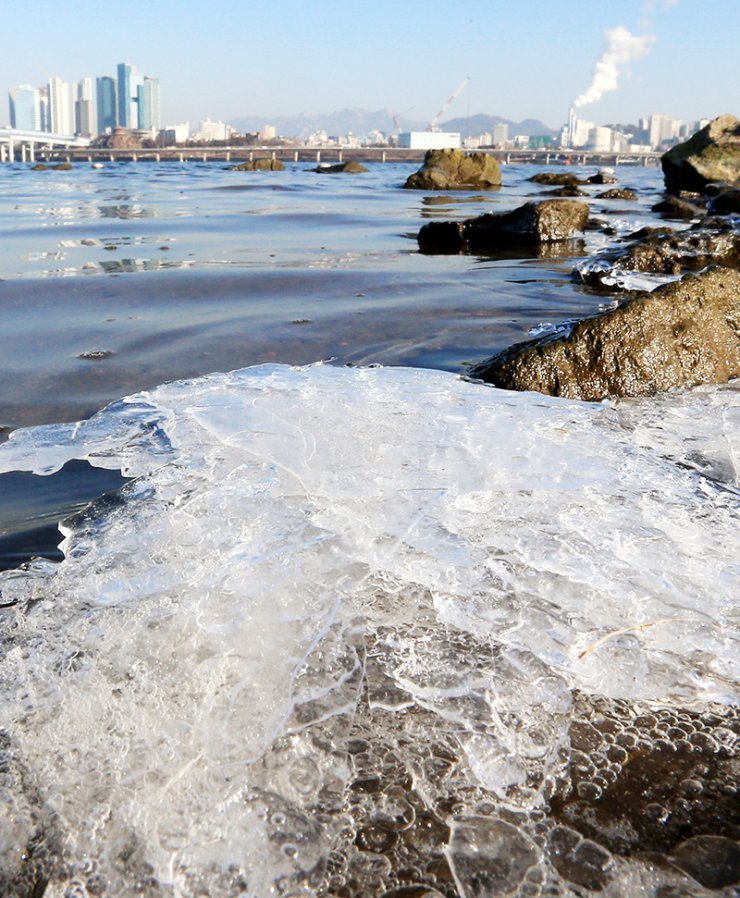 The Han River is frozen near Yeouido in Seoul, Thursday, when the morning lows of the city dropped to minus 6 degrees Celsius. The average temperature of the country is forecast to stay below zero for a while, with Seoul having minus 8 degrees on Saturday./ Yonhap