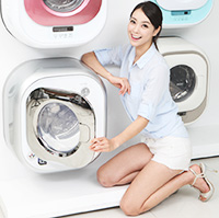 Security company S-1's home security product enjoys new business opportunities as it caters to the increasing needs of women living alone.GS Shop sells special food packages comprised of basic items for single households such as canned ham and packaged instant foods.A model poses next to Dongbu Daewoo Electronics' 3.5-kg wall-mounted drum washing machine. Companies are selling miniature home appliances targeting single households.