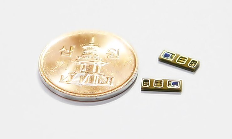 LG Innotek's super-slim heartbeat sensor modules are contrasted with a 10 won coin in this file photo./ Courtesy of LG Innotek