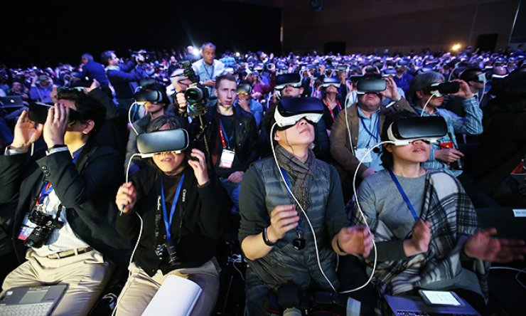 Participants wear Gear VR headsets, virtual reality (VR) devices, provided by Samsung Electronics during an announcement made by the firm at the CCIB center in Barcelona, Spain, Sunday, on the eve of the opening of the Mobile World Congress 2016. / Yonhap