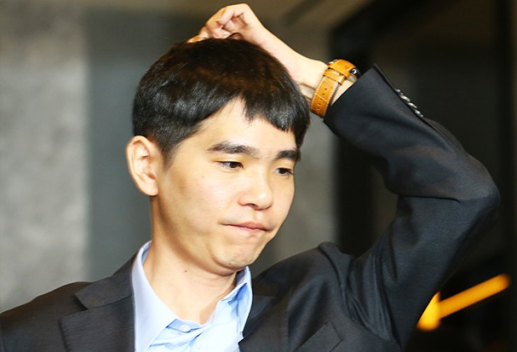 Korea's top go player Lee Se-dol leaves the match venue at the Four Seasons Hotel in Seoul, Thursday, after he was beaten a second time in the five-game series by Google's artificial intelligence program, AlphaGo. / Yonhap