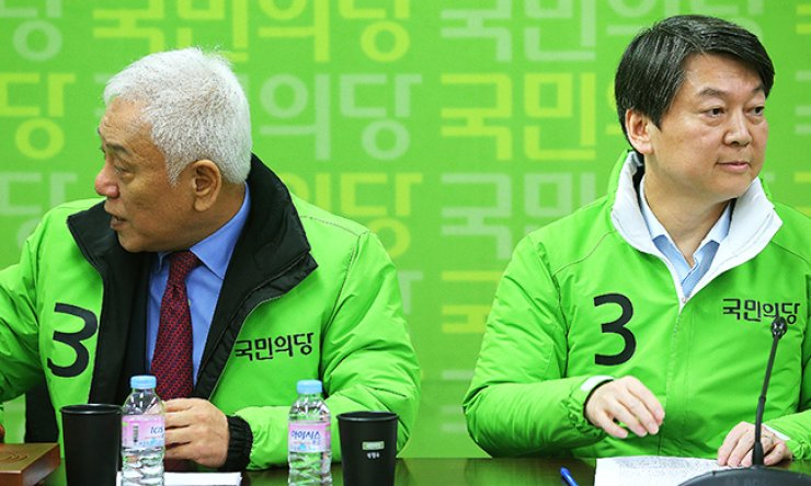 Rep. Ahn Cheol-soo, right, co-chairman of the People's Party and Rep. Kim Han-gil, head of the party's election planning committee, attend a party meeting in Seoul, Monday. Kim criticized Ahn for turning down an offer from the main opposition Minjoo Party of Korea to form an alliance for the April 13 general election. / Yonhap