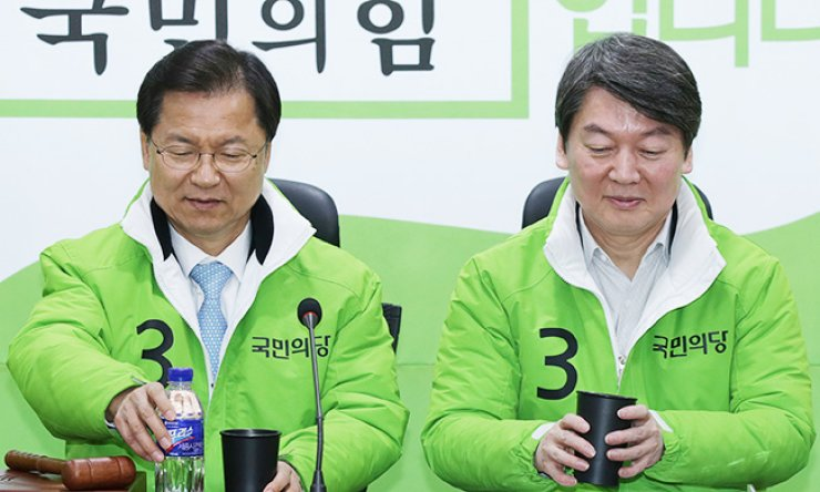 Rep. Ahn Cheol-soo, right, and Rep. Chun Jung-bae, co-leaders of the minor opposition People's Party, attend a party meeting, Wednesday. / Yonhap