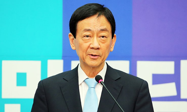 Rep. Chin Young announces his defection to the the main opposition Minjoo Party of Korea during a press conference at the National Assembly, Sunday. Chin, who served as the first health minister under the Park Geun-hye administration, quit the ruling Saenuri Party after being excluded from nominations for the April 13 general election. / Yonhap