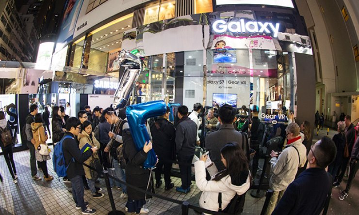 The Galaxy S7 Studio opened by Samsung Electronics in Hong Kong's busy shopping district of Causeway Bay is seen in this file photo, Sunday. Since the launch of the new Samsung devices, the company has provided numerous opportunities for consumers to try out its latest devices. / Courtesy of Samsung Electronics
