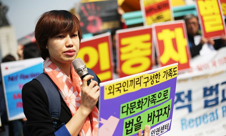 Le Thi Mai Thu, human rights team leader of the Women Migrants Human Rights Center of Korea, condemns discrimination against immigrant spouses at a press conference at Gwangwhamun Square, downtown Seoul, Monday, the International Day for the Elimination of Racial Discrimination. / Korea Times photo by Shim Hyun-chul