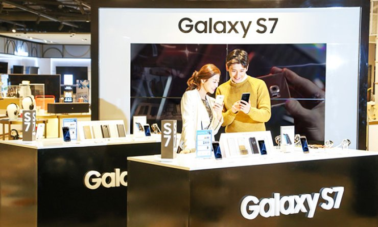 Models try Galaxy S7s and S7 edges at a 'Galaxy Lounge' in Shinsegae Department Store, Seocho, southern Seoul, Wednesday. / Courtesy of Samsung Electronics