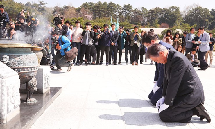 Rep. Moon Jae-in, front, a former chairman of the main opposition Minjoo Party of Korea (MPK), and Kim Hong-gul, the party's campaign co-chief in Gwangju, pay their respects at the May 18 National Cemetery in Gwangju, Friday. Moon visited the city, once the party's political stronghold, to rally support for MPK candidates in the April 13 general election. Kim is a son of the late President Kim Dae-jung. / Yonhap