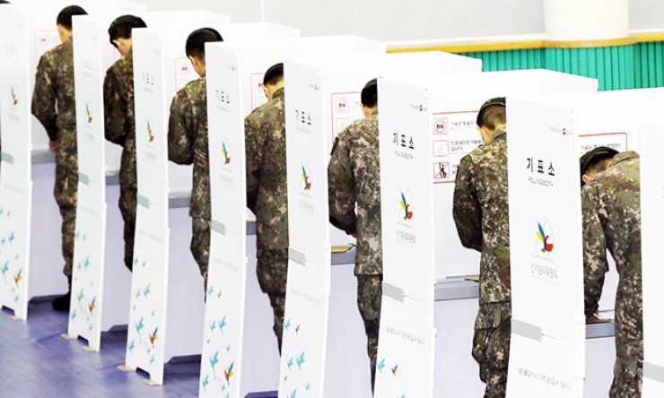 Soldiers from the Army's 17th Infantry Division cast their ballots at a polling station in the Korea Polytechnics in Bupyeong-gu, Incheon, Friday. / Yonhap