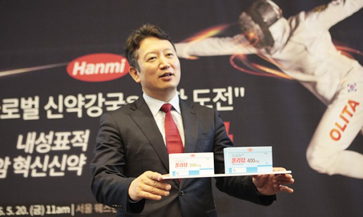 Hanmi Pharmaceutical Vice President Son Ji-woong makes a presentation about the company's newly released targeted therapy drug for lung cancer, Olita Tab, at Westin Chosun Hotel in central Seoul, Friday./ Courtesy of Hanmi Pharmaceutical