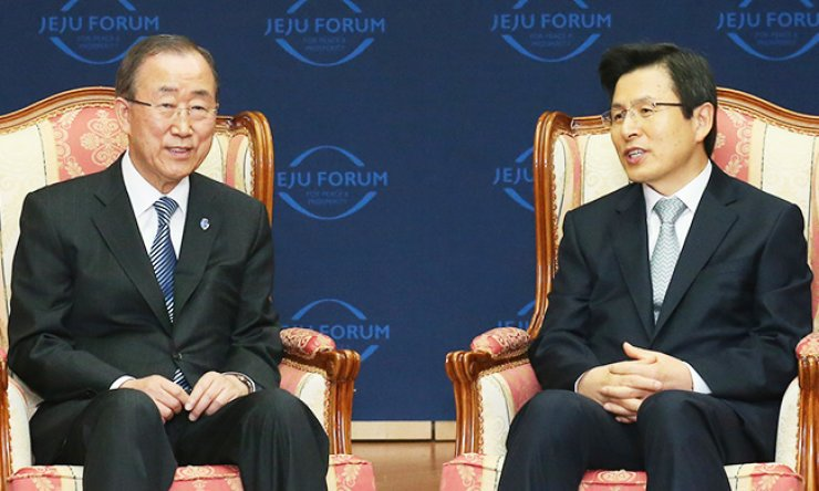 U.N. Secretary-General Ban Ki-moon, left, meets with Prime Minister Hwang Kyo-ahn on the sidelines of a forum at International Convention Center in Seogwipo, Jeju Island, Thursday. / Yonhap