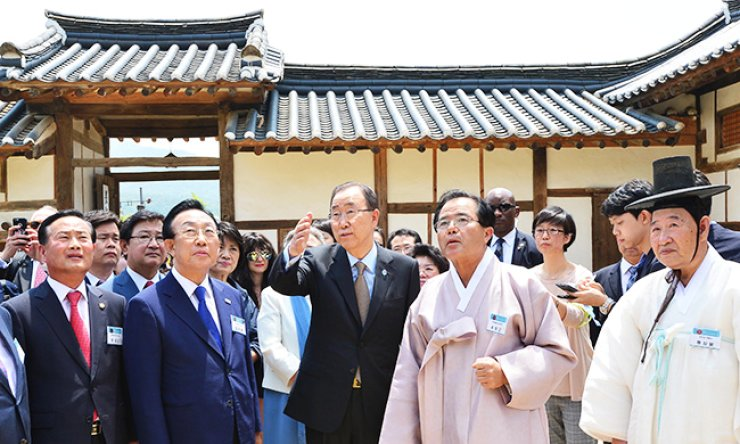 U.N. Secretary-General Ban Ki-moon, center, looks around during a visit to Hahoe Folk Village, a UNESCO heritage site in Andong, North Gyeongsang Province, Sunday. / Yonhap