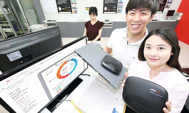 KT researchers demonstrate the gigabit-class Internet service on the outdated 2pairs LAN at the company's research center in Seocho, southern Seoul, Tuesday. / Courtesy of KT