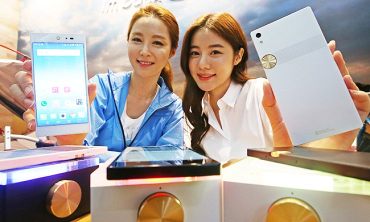 Models promote Pantech's new smartphone, the Sky IM-100, during a showcase at the company's headquarters in Sangam-dong, western Seoul, Wednesday. / Yonhap