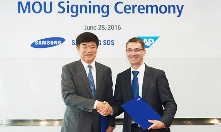 Samsung SDS CEO Chung Yoo-sung, left, with SAP senior executive Bernd Leukert after the two agreed to promote enterprise computing systems. They signed an agreement at Samsung SDS's headquarters in Jamsil, southeastern Seoul, late Tuesday. / Courtesy of Samsung SDS