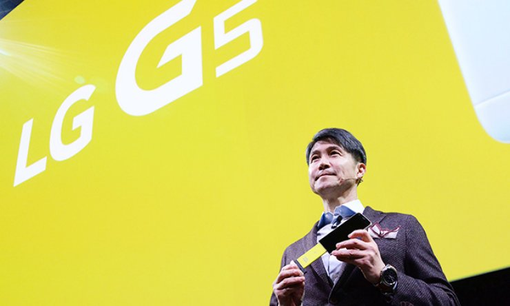 LG Electronics' mobile chief Cho Juno introduces key features of the LG G5 during a launch event at this year's mobile expo in Barcelona, Spain, in this February file photo. / Korea Times file