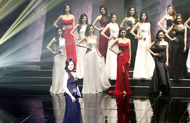 Kim Jin-sol, center, smiles after winning the Miss Korea beauty pageant at Grand Peace Hall, Kyung Hee University in Seoul, Friday. / Korea Times photo by Hong In-ki